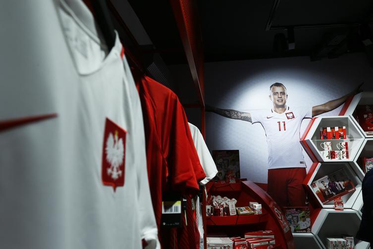 a35d9208d Pierwszy stacjonarny Oficjalny Sklep Kibica Reprezentacji Polski rozpoczął  swoją działalność. Otwarcia dokonał prezes Polskiego Związku Piłki Nożnej  ...